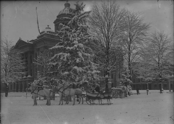 Christmas tree and sleigh in front of Wyandot County Courthouse