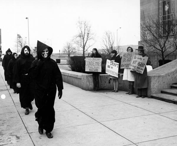 War protestors in front of Columbus, Ohio, Armed Forces recruiting station