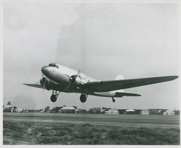 United Airlines DC-3 photograph