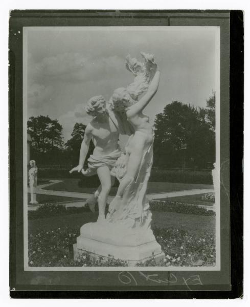 Laurel Court statue